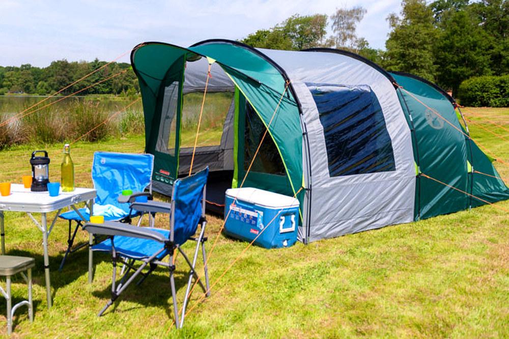Wakacje pod namiotem to niezapomniana przygoda dla dzieci i rodziców. Na zdjęciu duży namiot rodzinny z przedsionkiem - Rocky Mountain 5+