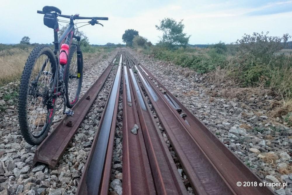 Ostatnie szyny na ścieżce rowerowej