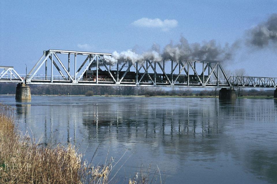 Parowóz na moście w Stanach